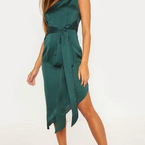 Aldrig brugt satinkjole i mørkegrøn.  Midi kjole. Ny pris var 500kr.  Stadig i original emballage.