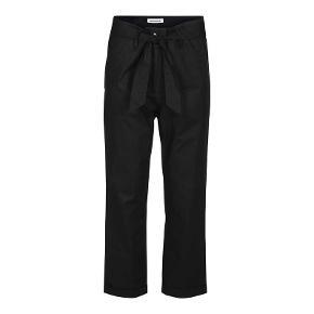 Varetype: Casual bukser med bindebåndf Farve: Sort Oprindelig købspris: 999 kr.  Brugt 1 gang.  97% bomuld og 3% spandex  PORTO KOMMER OVENI PÅ 38 KR :)