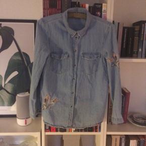 Super fin cowboyskjorte med påsyede fugle. Super god stand, brugt få gange.
