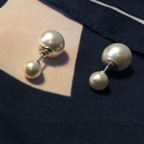 Smukke perleøreringe fra Pandora. Aldrig brugt. Øreringene er designet således, at låsen er den store perle, som lukkes bag øret - rækkefølgen kan sagtens byttes om hvis ønsket. Kan sendes hvis køber betaler for fragt!