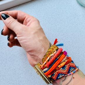 Smukt Hipanema armbånd i dejlige farver. Det har en stærk smart magnetlås så det aldrig falder af. Har slid i form af ridser på låsen.