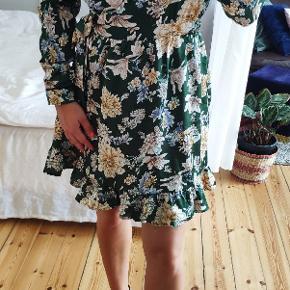 Super flot satin slå-om kjole i mørkegrøn med blomster mønster