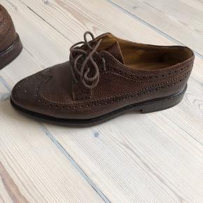 """Brogues fra Selected Homme i læder. Skoene er håndlavet i Portugal og ganske """"robuste"""" i kvaliteten. De er blevet forsålet for nylig.  Priside: 500 kr.  De kostede oprindeligt 1399,-  Fair bud modtages.  Kan sendes for 55 kr. eller afhentes på FRB."""