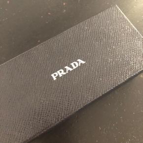 Super fedt Prada solbriller med perfekt pasform. Bog og etui medfølger.