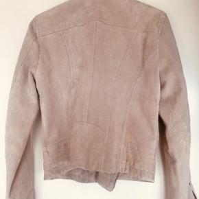 """Beige ruskindsjakke. Aldrig brugt """"K"""" skrevet i nakken under mærket, da vi var flere i familien der havde ens jakker."""