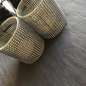 Sælger disse to lysestager af en art fra bahne de fejler intet de er sorte med sten på byd gerne