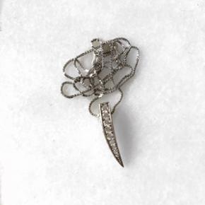 Smukkeste halskæde i ægte sølv. Sælges da jeg kun bruger guld. Den har aldrig været brugt. Np var 800kr.!