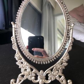 Rigtig fint lille spejl til at stå på bordet. Har aldrig stået fremme.