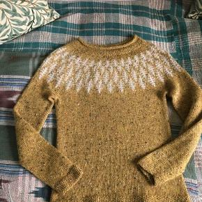 Hanne Rimmen sweater. Lige færdigstrikket.  Billede 1 er modelbillede. Ikke min sweater.  Strikket i det originale garn : CaMaRose lamauld.  Farvenumre : 6438 sennepsgul tweed og 6100 elfenben.  50% lamauld. 50% ren ny uld.  Blød og meget lækkert garn.