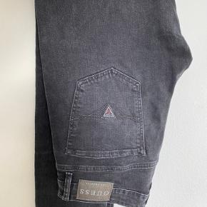 Guess jeans, prøvet på hjemme og ellers lægget i skuffen i 3 år.   Np var 800,- Kan afhentes i Hellerup ellers sendes med DAO på købers regning.