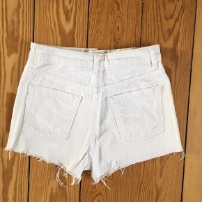 Hvide denim shorts fra Topshop. Passes af str 25 eller XS