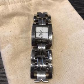 Sølv Dolce and Gabbana armbåndsur sælges. Fremstår pænt men med en del brugsspor.