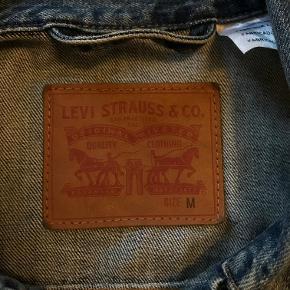 Super lækker Levi's denimjakke.  Rigtig godt stand, har brugt den meget lidt.  Kan mødes i svendborg og omegn.  Ellers kan den sendes.