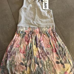 Varetype: Ny kjole Størrelse: 134-140 Farve: Se billede  Ny med mærke  Bytter ikke  Mp 250pp over MobilePay ellers ts gebyr  Sender med dao