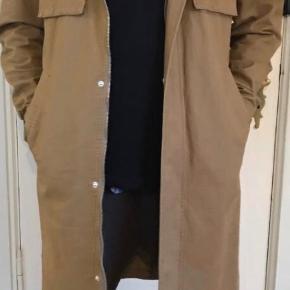 Denne Han Kjøbenhavn fitter ca 175-180 cm Fantastisk flot frakke som egner sig til denne periode