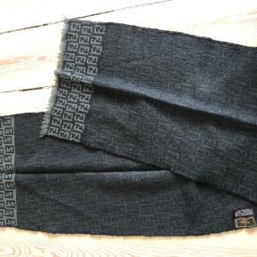 Fendi halstørklæde i uld ✨ Fejler intet  Mål 150x33 cm