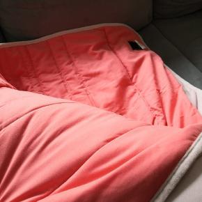 Sælger dette lækre sengetæppe fra Magasin. Brugt få gange. Synes, det er for stort til min seng på 140x200. Vil tro, det passer en seng på 160x200 eller 180x200. Er sart rosa på den ene side og farverig på den anden. Er muligt, det er for stort til afsendelse via dao.  ▪️Sender gerne/køber betaler porto ▪️Returnerer ikke ▪️Køber betaler ts gebyr ▪️Kræver muligvis afsendelse med gls