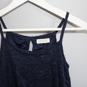 Blå blode kjole fra h&m i str 36. brugt 1 gang og har en unerkjole så den ikke bliver gennemsigtig. ud over det har den også en 'stribe' som er bar på ryggen. super flot sommerkjole.