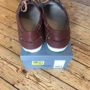 Zalando Essentials - Sejler sko i brun.  Stand: brugt en gang  Ny pris: ca 200 kr   Kan afhentes gratis ;)   Kom med et bud