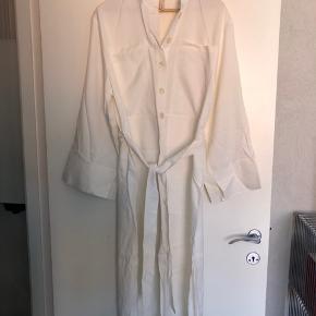 Kjole med bindebånd - brugt én gang. Lidt 'kraftig'  stof med lidt shine. Lidt vidde på ærmer.