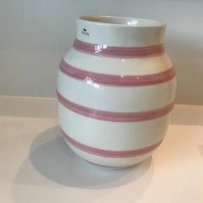 Varetype: Vase Størrelse: 20  cm Farve: Sart Rosa Oprindelig købspris: 299 kr.  Smuk vase - aldrig brugt