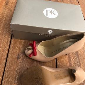 Feminine heels fra Peter Kaiser i pudderrosa lak med sløjfe. Str. 37. Er passet meget godt på og opbevaret i original pose og æske.