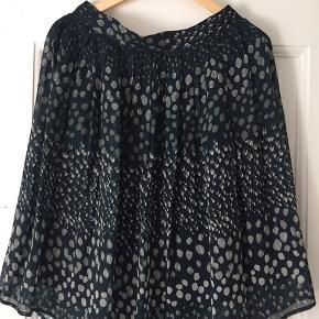 Fin nederdel med underskørt og lynlås. Meget let i det. Måler ca 40cm i taljen og er ca 63 cm lang.