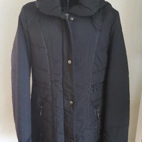 Aldrig brugt, rigtig flot jakke fra Windfield/Danwear.  Med aftagelig hætte, figursyet, str. 38. Prismærke sidder stadigvæk på. Nypris 899kr.