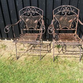 To skønne og dekorative havestole i jern sælges for 450 kr. stk....de har lidt charmerende rust nogle steder...det er havemøbler,som kan stå ude hele året..