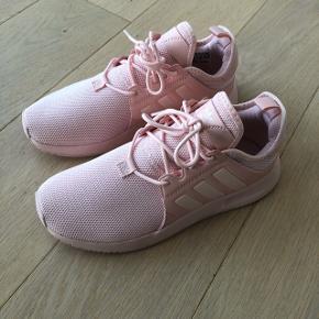 Fineste, lyserøde Adidas str 36,5 (stor i størrelsen!)Købt i New York. Brugt enkelte gange.