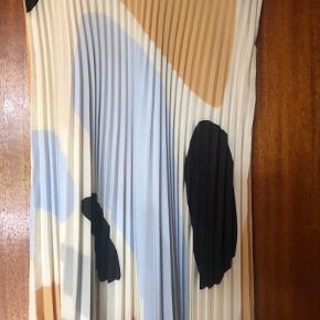Den udsolgte nederdel med fine plisseringer. Er desværre købt for lille. Bytter ikke.