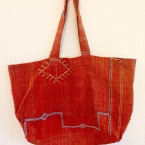 SABRA SILK BAG  - VINTAGE BERBER BAG FROM FRANCE MADE IN NORTH AFRICA  .......   *  ..........  * ............ * Str. xl (weekendtaske)  Farve; Rød over i terracotta  Vintage unika Sahara taske syet i det særlige nordafrikanske materiale ved navn Sabra - som er en vegetabilsk silke  udvundet fra fibrene fra kaktusplanter i ørkenen. Dermed mere natur- og dyrevenlig end alm. silke fra silkelarver.  Købt i Frankrig ✨ Slidstærk, smuk og med broderier i fine farver (den er rød med forskellige broderier på i berber/beduinmønstre)  Som skabt til sommerdage med strandture (tasken er meget rummelig), stærk nok til at bære dine indkøb og være en god taske i dagligdagen :)  ☀️☀️☀️☀️☀️☀️☀️ Kærligst, Marie