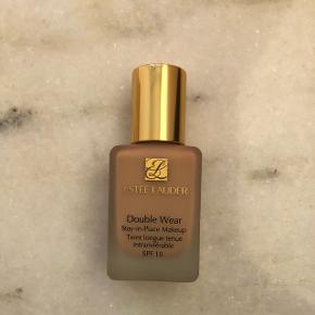 Estée Lauder double wear foundation. Brugt 2 gange. Farven er: 2C1 pure beige.  Som ambassadør for Tradono handler jeg via Tradono's eget handelssystem. Det er billigst og mest sikkert📦