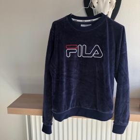 Sælger denne fede mørkeblå sweater fra FILA i en størrelse small...🦋✨