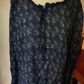 Smuk blå med lidt petrolium-farve skjorte/tunika fra Rue de Femme i ren viscose. Sød detalje med elastik ved manchet. Brugt en gang.