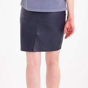 Fed nederdel, A-snit, Imiteret læder, Blå (Total eclipse), Str. m, Slids og Lynlås bagtil. ALDRIG BRUGT, OG ER STADIG I ORIGINAL POSE OG HAR PRISMÆRKE PÅ!   100% Polyester.  Fra Vila.