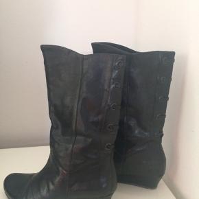 Flotte støvler sælges billigt da der er et lille hak i hælen