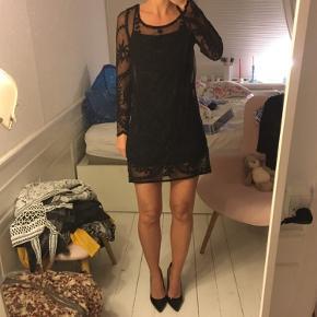 Ny sort blondekjole fra H&M. Underkjole medfølger. Helt ny, med mærket i. Str. XS. Sælges for 60 kr. Kan afhentes i Kbh K.