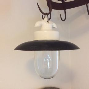 Gammel lampe.  Glaskuppel i gammelt mundblæst glas. Skærm i metal og porcelænsophæng. Fatningen passer til en stor pære. . Der er en lille revne på den ene side af porcelænsophænget, som ikke har nogen betydning. Men den sælges derfor billigt.  Kan sendes.