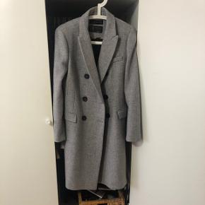 Vildt fed frakke i grå fra ZARA. Brugt en gang, da den er lidt for bred til mig ved skuldrene. Den er fra i år og har kostet 999 kr - tror den stadig er på hjemmesiden.  BYD gerne! Vil helst så tæt på nypris som muligt :)