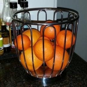 """Citrus kurv.  Det er den store model. Diameter (cm): 22 Højde (cm): 22,5  Lidt tekst fra nettet:  """"Smuk, rund Alessi skål i spejlpoleret metal tråds design. Alessi Rund Frugtskål præsenterer din frugt på fornemmeste vis, men kan også bruges til andre formål til fx stilfuld servering af frugt, brød, bagværk mm.""""  Nypris er 1000 kr.  Køber betaler porto."""