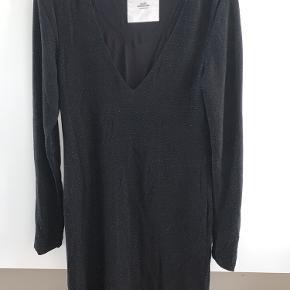 Super fin Mads Nørregård kjole, som stort set ikke er brugt  Passer s/m da det er lækkert stretchy stof