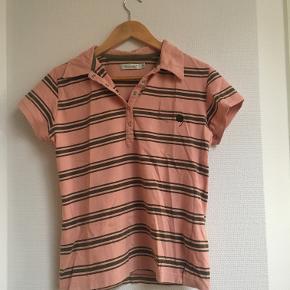 Laksefarvet polo-tshirt fra friendtex. Størrelse M, men passer fint en S/XS.