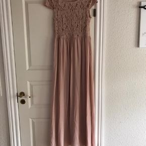 Fin kjole fra Only. Har aldrig været brugt bare hængt i skabet.