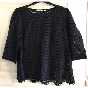 Bluse med 3/4 ærmer i bomuldskvalitet. Brystvidde: 60 cm. X 2. Længde: 66 cm. Farven er mørkeblå.