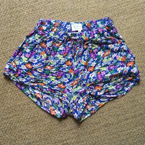 Shorts fra Lollys Laundry i et sødt blomsterprint, størrelse small.  Kun brugt to gange denne sommer og er derfor i rigtig fin stand.  Sælger for 175 kr. plus fragt.