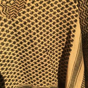 Lyserød Cecilie Copenhagen bluse med v-hals.   Der er desværre et par tråde der er gået op, det burde kunne fikses.   Trøjen er one-size og går fra 34-38