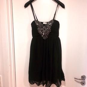 Sort kjole med pailletter og aftagelige stropper • Str. M  Sender med DAO - køber betaler fragt