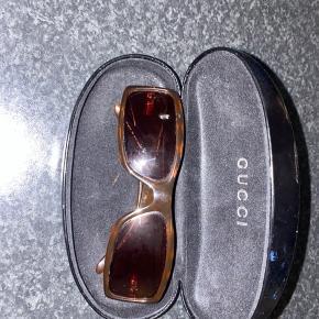 Sælger disse Gucci solbriller, da jeg ikke bruger dem. De er købt på Lauritz, derfor har jeg ikke kvittering.  Kan heller ikke finde kvitteringen fra Lauritz men BYD. Har selv givet 1100kr for dem.
