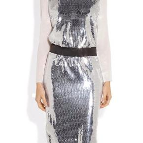 Varetype: Midi Farve: Sort Oprindelig købspris: 5500 kr. Kvittering haves. Beautiful sequins gala dress. Few sequins are turning in front but it doesnt show much as it is very shiny and lustrous Perfect for new year party or other festive ocasions 🥳💃🏻✨✨✨✨✨
